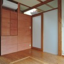 家族のびのび大空間:自然素材の家の写真 寝室