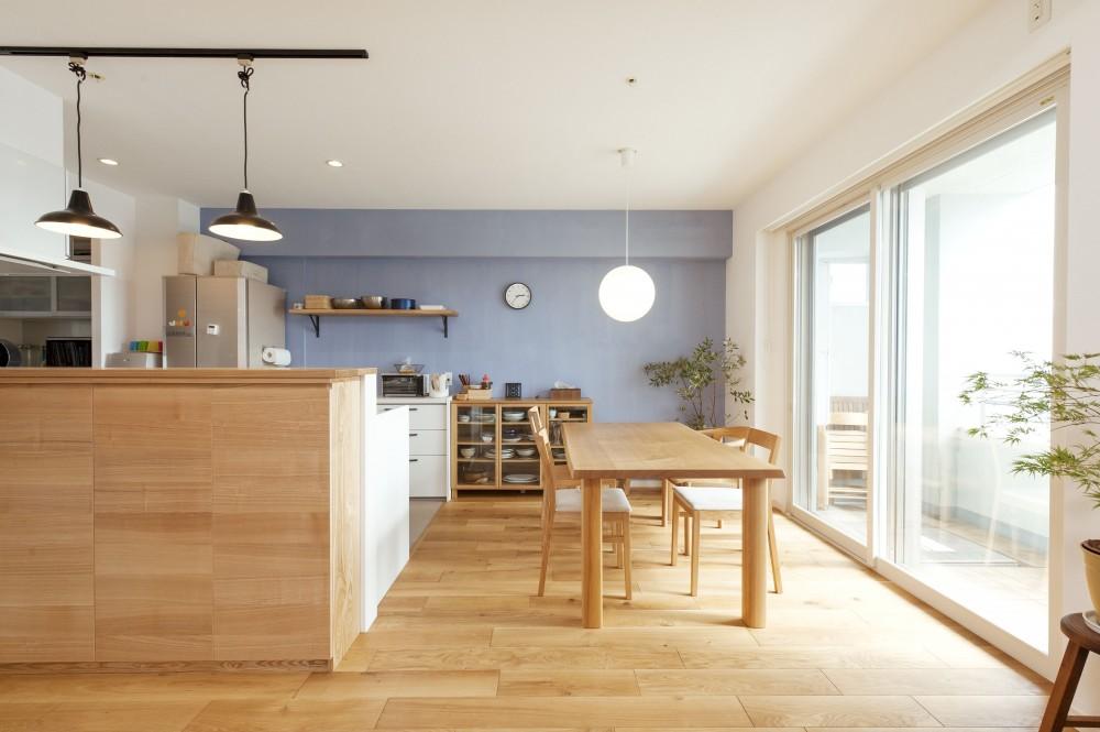 築10年のマンションを購入し、間取りと内装を好みやライフスタイルに合わせて一新。思い通りの住まいに。 (明るいダイニングキッチン)