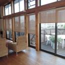 家族のびのび大空間:自然素材の家の写真 リビング~ウッドデッキ
