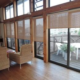 家族のびのび大空間:自然素材の家 (リビング~ウッドデッキ)
