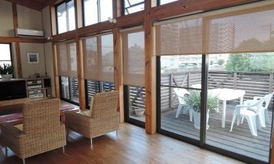 リビング~ウッドデッキ|家族のびのび大空間:自然素材の家