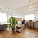 築10年のマンションを購入し、間取りと内装を好みやライフスタイルに合わせて一新。思い通りの住まいに。の写真 広々としたリビング