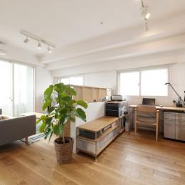 築10年のマンションを購入し、間取りと内装を好みやライフスタイルに合わせて一新。思い通りの住まいに。 (広々としたリビング)