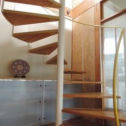 家族のびのび大空間:自然素材の家-らせん階段
