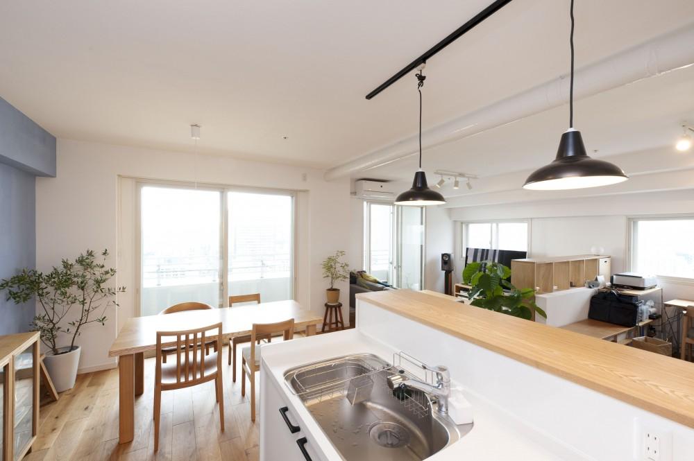 築10年のマンションを購入し、間取りと内装を好みやライフスタイルに合わせて一新。思い通りの住まいに。 (明るく開放的なキッチン)