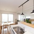築10年のマンションを購入し、間取りと内装を好みやライフスタイルに合わせて一新。思い通りの住まいに。の写真 明るく開放的なキッチン