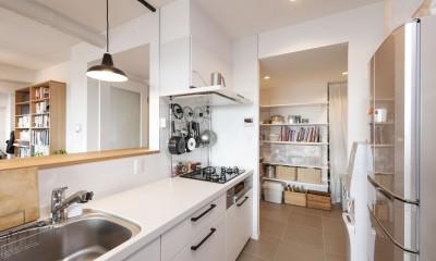 パントリーを設け収納を確保|築10年のマンションを購入し、間取りと内装を好みやライフスタイルに合わせて一新。思い通りの住まいに。