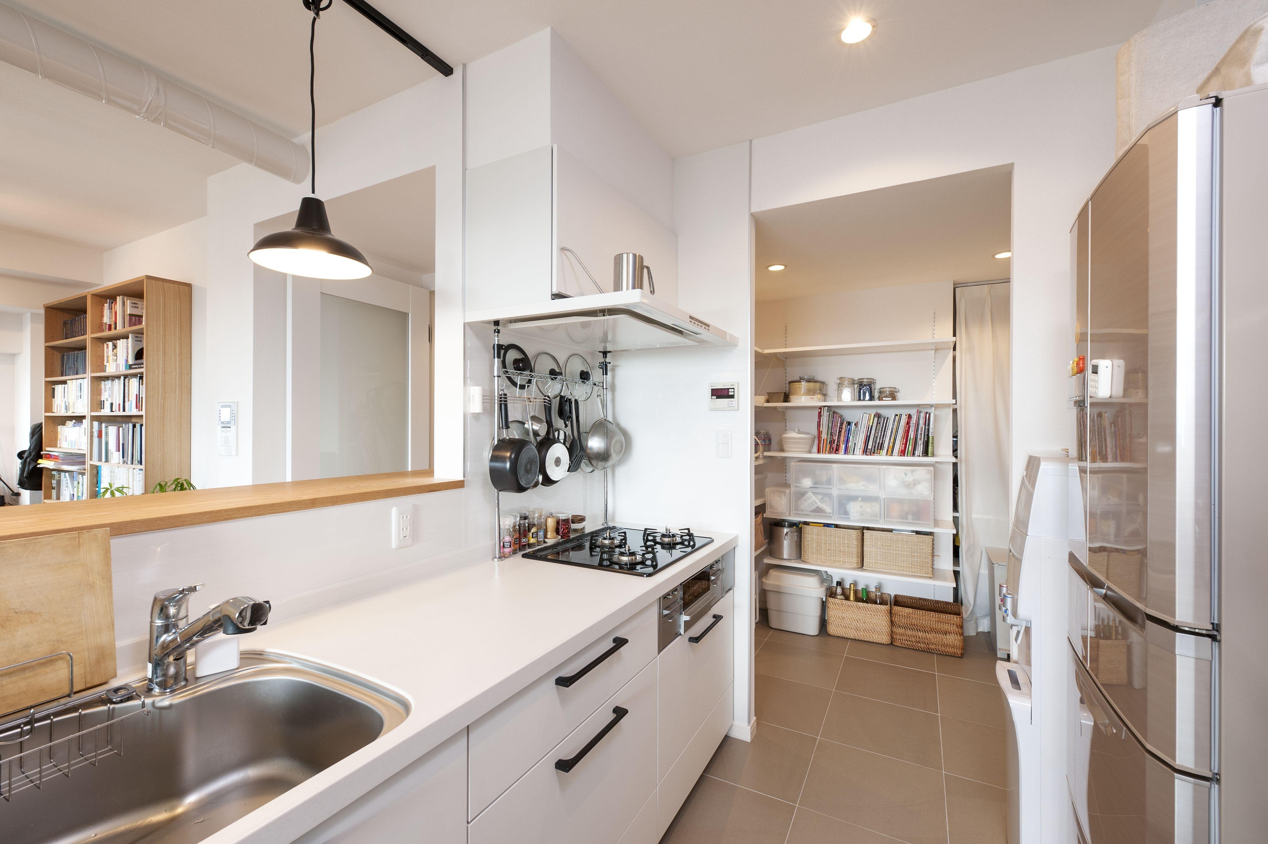 キッチン事例:パントリーを設け収納を確保(築10年のマンションを購入し、間取りと内装を好みやライフスタイルに合わせて一新。思い通りの住まいに。)