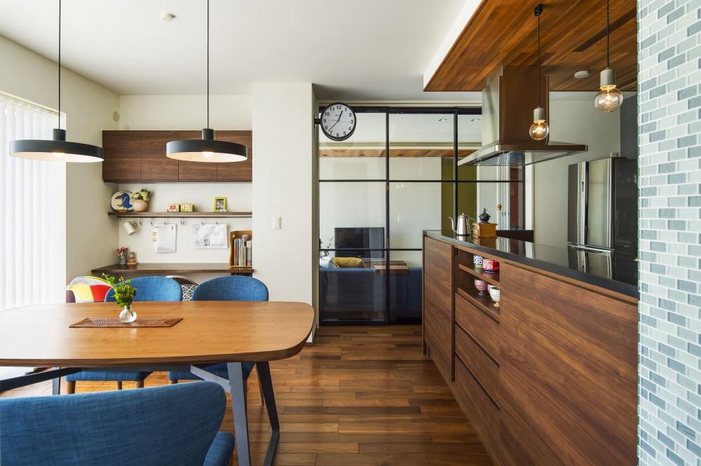 キッチンを家の中心に配置。便利な家事動線と子供を常に見守れる間取りにリフォーム。 (床暖房を設置したダイニング キッチン)