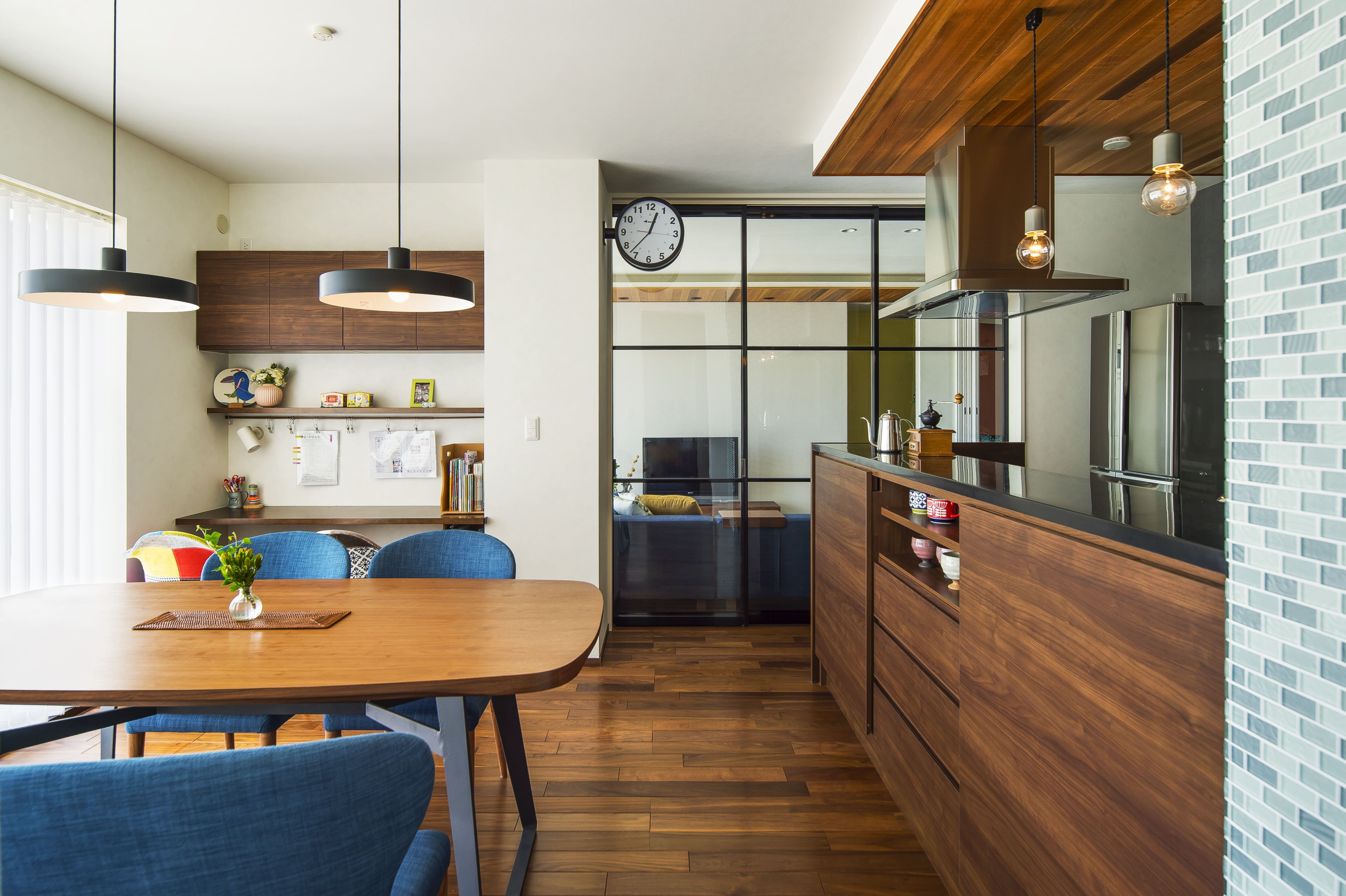 リビングダイニング事例:床暖房を設置したダイニング キッチン(キッチンを家の中心に配置。便利な家事動線と子供を常に見守れる間取りにリフォーム。)