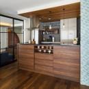 キッチンを家の中心に配置。便利な家事動線と子供を常に見守れる間取りにリフォーム。の写真 木質感あふれるキッチン空間