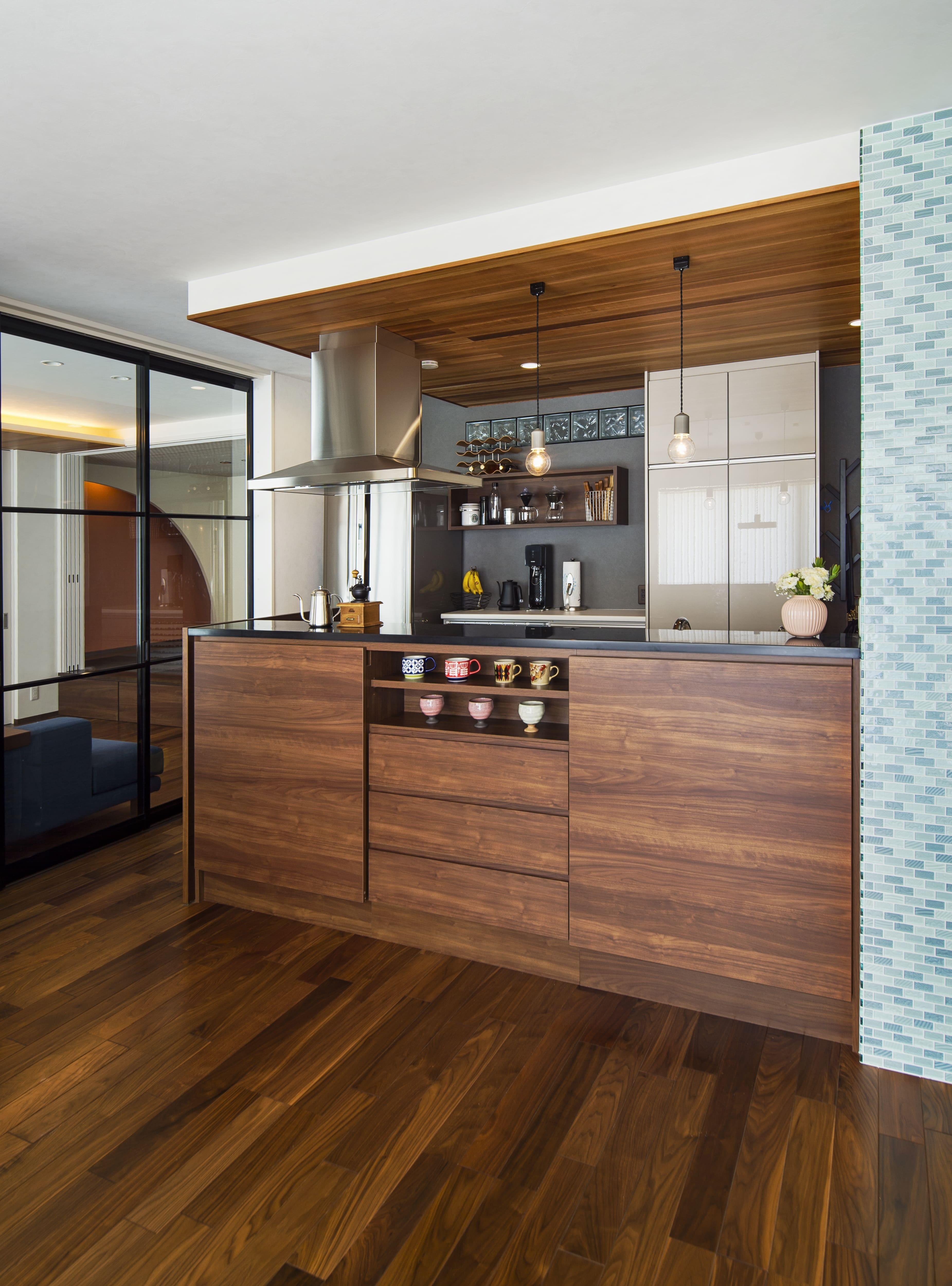 リビングダイニング事例:木質感あふれるキッチン空間(キッチンを家の中心に配置。便利な家事動線と子供を常に見守れる間取りにリフォーム。)