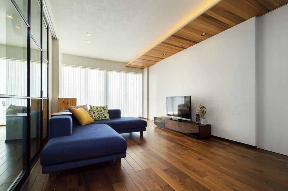 キッチンを家の中心に配置。便利な家事動線と子供を常に見守れる間取りにリフォーム。 (天井の折り下げ部分にレッドシダーを採用)