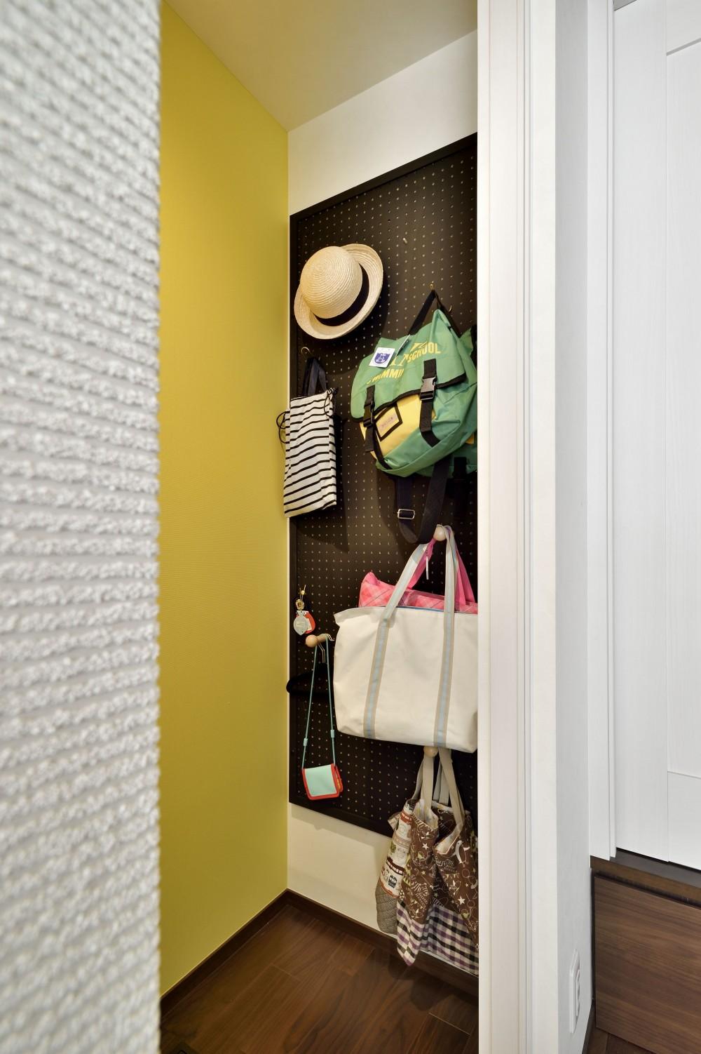 キッチンを家の中心に配置。便利な家事動線と子供を常に見守れる間取りにリフォーム。 (壁面裏を収納として活用)