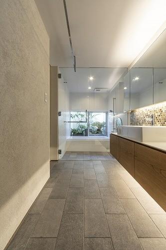 バス/トイレ事例:バスコートに繋がる洗面所(西町の家)