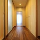 「バリアフリー」と「心地よさ」をかなえた シニア向けリフォーム:コンクリート住宅のリノベーションの写真 廊下2