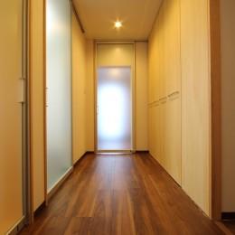 高齢を迎えるお母さま様の身を案じ、バリアフリー対策を施した住宅:コンクリート住宅の構造体を残した室内全面スケルトンリフォーム (廊下2)