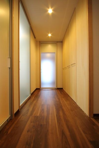 廊下2 (「バリアフリー」と「心地よさ」をかなえた シニア向けリフォーム:コンクリート住宅のリノベーション)