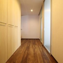 高齢を迎えるお母さま様の身を案じ、バリアフリー対策を施した住宅:コンクリート住宅の構造体を残した室内全面スケルトンリフォーム (廊下3)