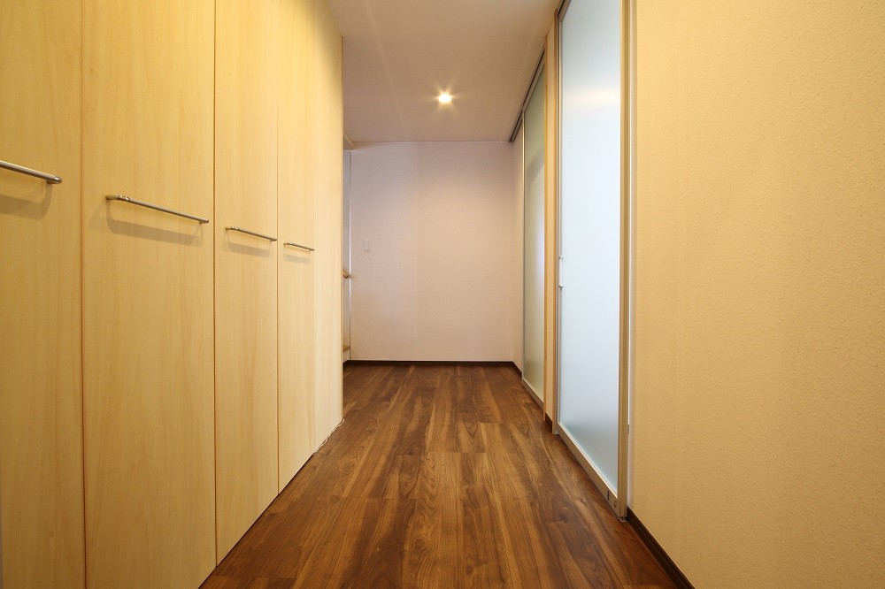 その他事例:廊下3(高齢を迎えるお母さま様の身を案じ、バリアフリー対策を施した住宅:コンクリート住宅の構造体を残した室内全面スケルトンリフォーム)