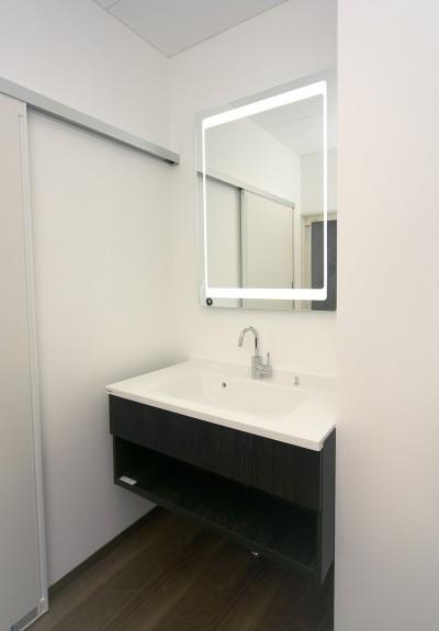洗面化粧台 (「バリアフリー」と「心地よさ」をかなえた シニア向けリフォーム:コンクリート住宅のリノベーション)