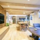 家族が集まる広々としたLDKを中心に、居心地と家事効率を両立させた住まい。の写真 木質感のある広々としたLDK