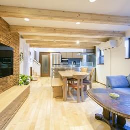 家族が集まる広々としたLDKを中心に、居心地と家事効率を両立させた住まい。 (木質感のある広々としたLDK)
