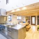 家族が集まる広々としたLDKを中心に、居心地と家事効率を両立させた住まい。の写真 LDを見渡せるキッチン