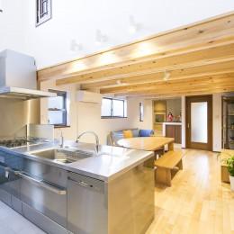 家族が集まる広々としたLDKを中心に、居心地と家事効率を両立させた住まい。