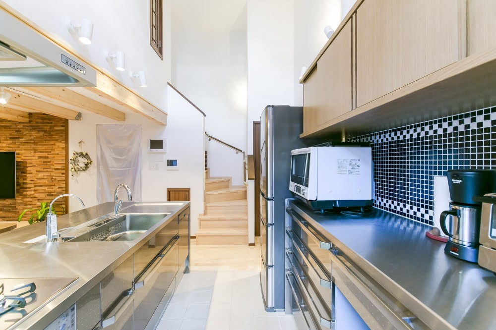 家族が集まる広々としたLDKを中心に、居心地と家事効率を両立させた住まい。 (キッチンの天井は吹き抜けに。)