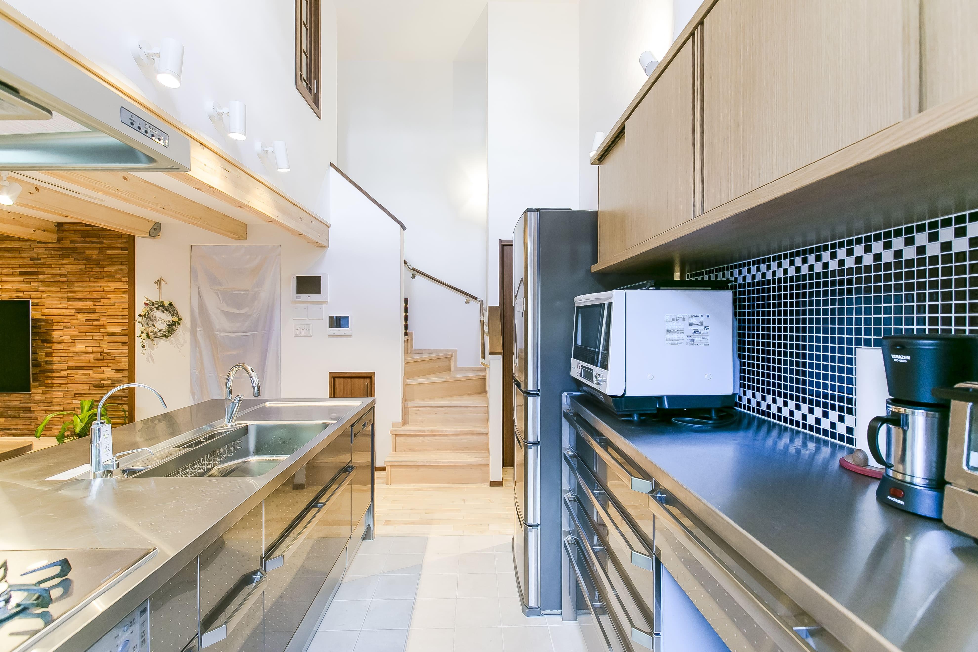 キッチン事例:キッチンの天井は吹き抜けに。(家族が集まる広々としたLDKを中心に、居心地と家事効率を両立させた住まい。)