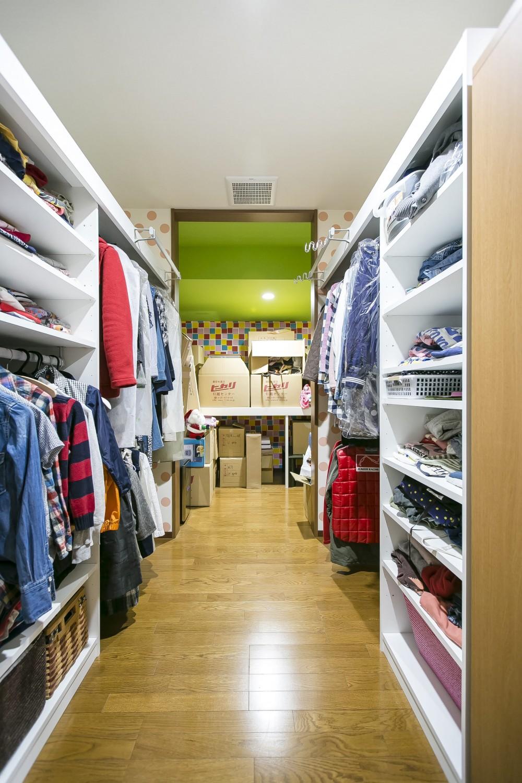 家族が集まる広々としたLDKを中心に、居心地と家事効率を両立させた住まい。 (家族全員の服が収納できる大型の衣裳部屋)