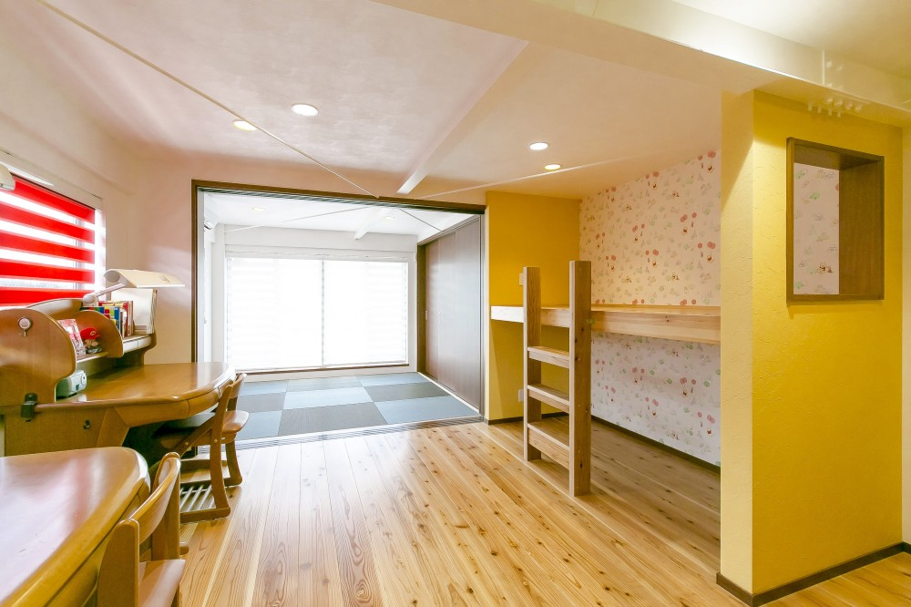 家族が集まる広々としたLDKを中心に、居心地と家事効率を両立させた住まい。 (お気に入りの窓を設けた二段ベッド)