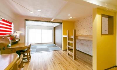 お気に入りの窓を設けた二段ベッド|家族が集まる広々としたLDKを中心に、居心地と家事効率を両立させた住まい。