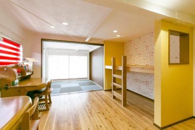 お気に入りの窓を設けた二段ベッド (家族が集まる広々としたLDKを中心に、居心地と家事効率を両立させた住まい。)