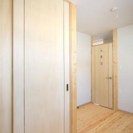無垢材の香り漂う自然素材の住宅:地震に強い家(制震住宅+耐震住宅) (納戸)