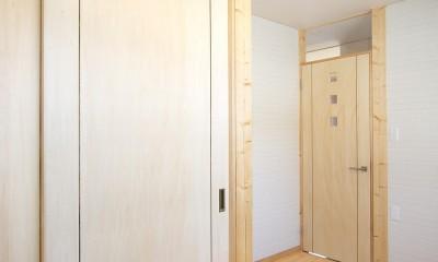 無垢材の香り漂う自然素材住宅:子育て世代にむけた のびやかな家 (納戸)