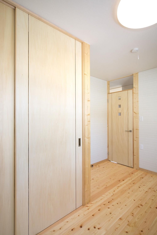 収納事例:納戸(無垢材の香り漂う自然素材住宅:子育て世代にむけた のびやかな家)