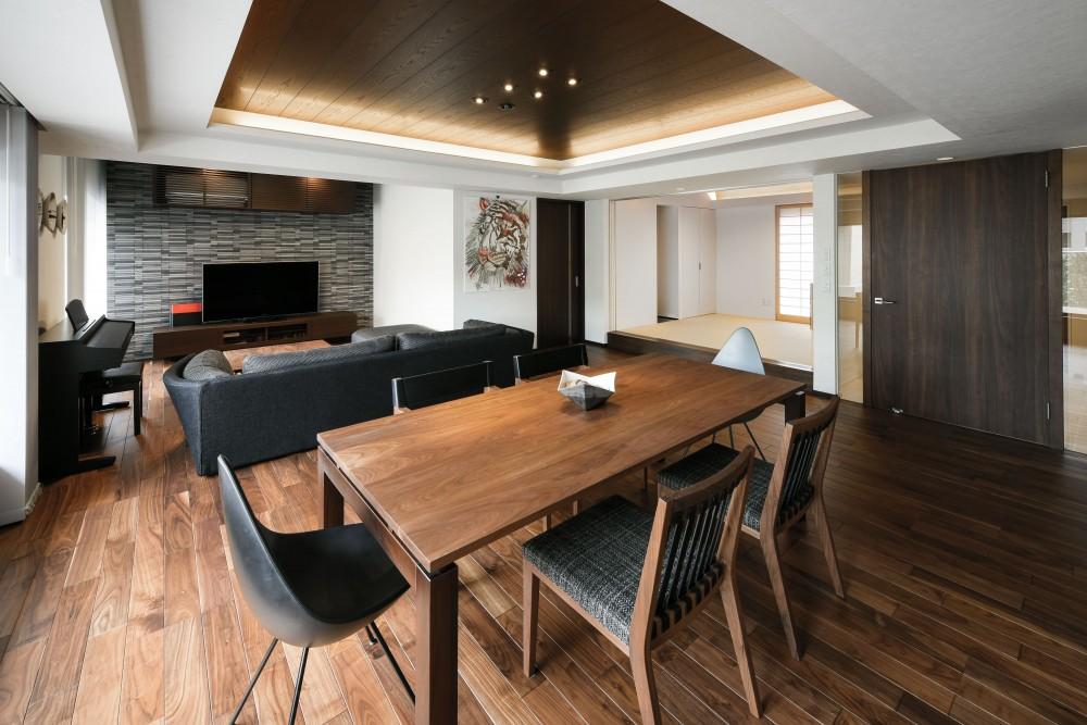 中古マンションを購入してリフォーム。木やタイルの素材感を活かした空間を実現。 (スペースを広げ開放感のあふれるリビング・ダイニング)
