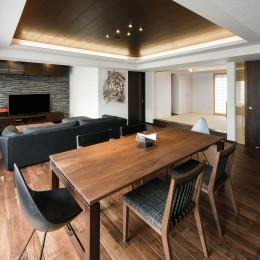 スペースを広げ開放感のあふれるリビング・ダイニング (中古マンションを購入してリフォーム。木やタイルの素材感を活かした空間を実現。)