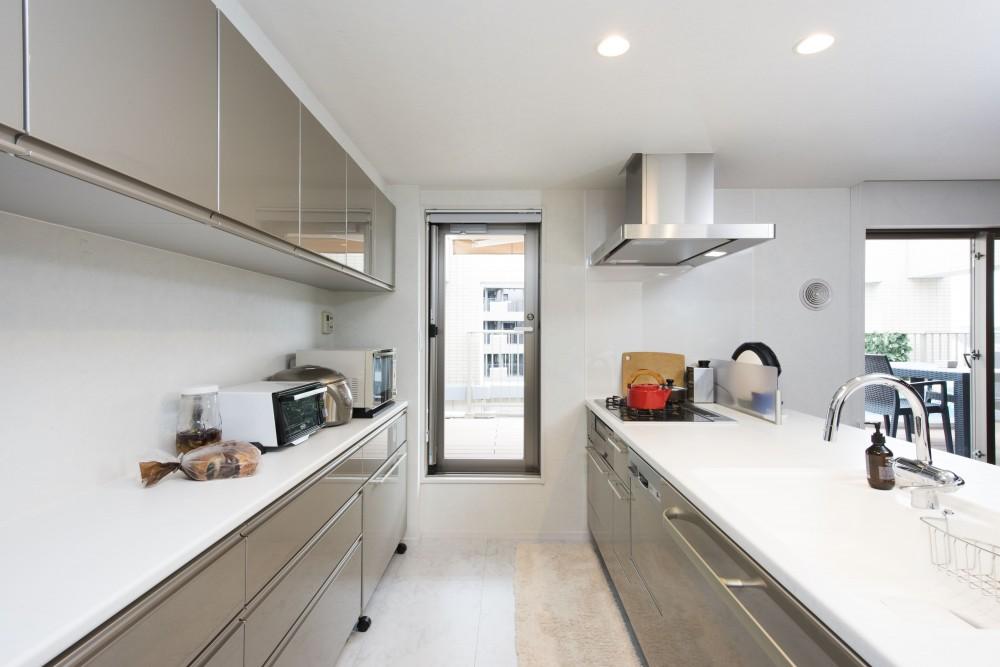 中古マンションを購入してリフォーム。木やタイルの素材感を活かした空間を実現。 (清潔感があり明るいキッチン)