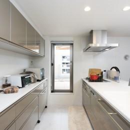 中古マンションを購入してリフォーム。木やタイルの素材感を活かした空間を実現。