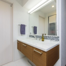 洗面台にはモザイクタイルを張ってアクセントに (中古マンションを購入してリフォーム。木やタイルの素材感を活かした空間を実現。)