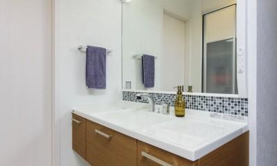 洗面台にはモザイクタイルを張ってアクセントに 中古マンションを購入してリフォーム。木やタイルの素材感を活かした空間を実現。