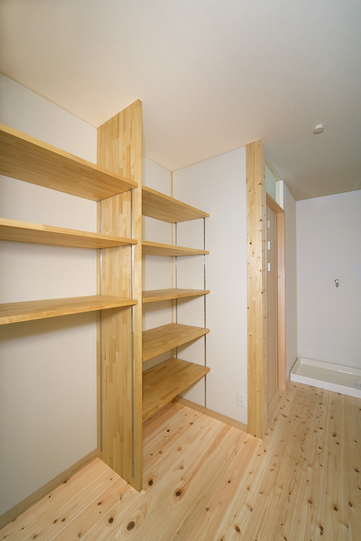 無垢材の香り漂う自然素材住宅:子育て世代にむけた のびやかな家 (収納スペース)