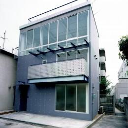 ポップなカラーの子供が楽しむ鉄骨構造の狭小住宅(Kid`s House):天井が高い住まい (外観)