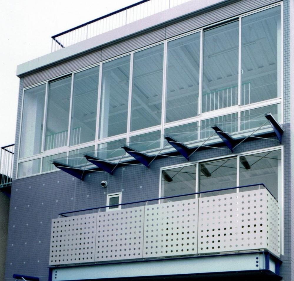 ポップなカラーの子供が楽しむ鉄骨構造の狭小住宅(Kid`s House):天井が高い住まい (2・3階の外観)
