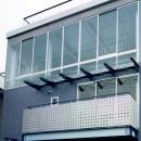ポップなカラーの子供が楽しむ鉄骨構造の狭小住宅(Kid`s House):天井が高い住まいの写真 2・3階の外観