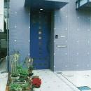 ポップなカラーの子供が楽しむ鉄骨構造の狭小住宅(Kid`s House):天井が高い住まいの写真 玄関