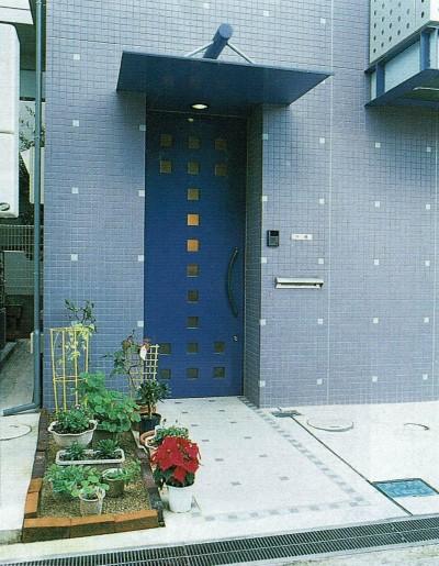 玄関 (ポップなカラーが映える鉄骨構造の狭小住宅(Kid`s House))